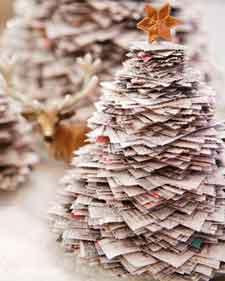 hacer estos bonitos arboles de navidad con papel de periodico