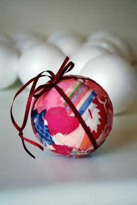 se trata de una bola de navidad hecha mediante la tcnica del patchwork