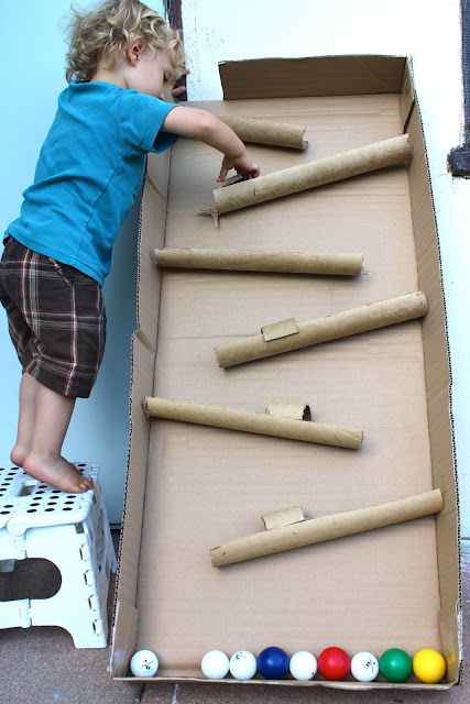 una caja de cartn grande y unos tubos para trazar un recorrido para pelotas en este caso de ping pong y que los peques jueguen al aire libre